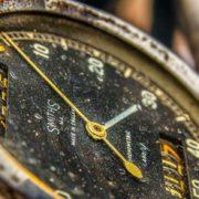 Een oud en verroest horloge van smiths zonder glas voor de wijzers