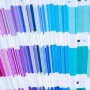 Een pantone kleurenwaaier uitgeklapt waardoor het kleurverloop zichtbaar is