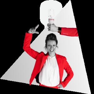 Anna van NOBLY heeft een idee voor een bedrijfsvideo, een lamp brandt daardoor boven haar hoofd die vastgehouden wordt door een hand   NOBLY Authentieke Communicatie & Creatie