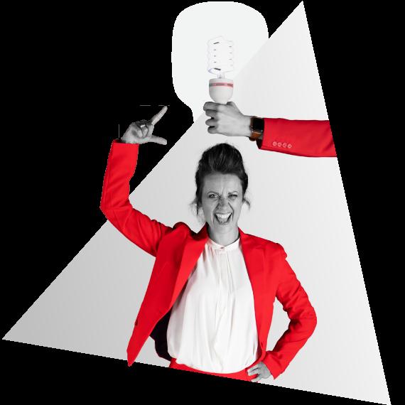 Anna van NOBLY heeft een idee voor een bedrijfsvideo, een lamp brandt daardoor boven haar hoofd die vastgehouden wordt door een hand | NOBLY Authentieke Communicatie & Creatie