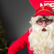 NOBLY BLOG Sinterklaas de strateeg. Bart in een rood pak met de baard van Sinterklaas en de werkmijter