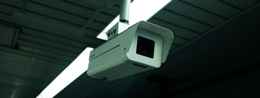 Een foto van een CCTV/beveiligingscamera die hangt aan het plafond