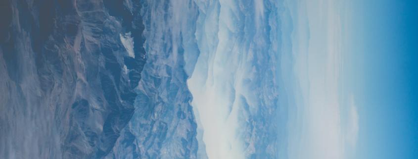 Bergen met een blauwe lucht